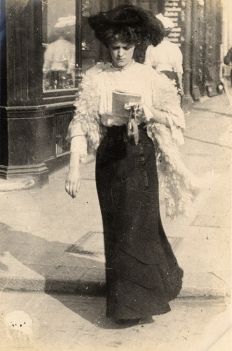 woman-walking-kensington-church-street-1906