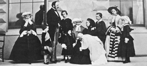 799px-Queen_Victoria_Prince_Albert_and_their_nine_children