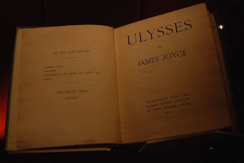 800px-Manchester_John_Rylands_Library_James_Joyce_16-10-2009_13-55-16De Ulysses van James Joyce in de John Rylands Library in Manchester, Engeland