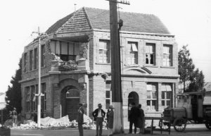 Hawkes_Bay_Tribune_1931Hawkes Bay Tribune building in Hastings, New Zealand, damaged by the earthquake of 1931.