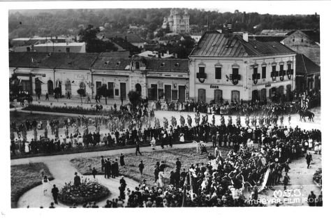 Iuliu Maniu Square in Zalău on September 8, 1940 few days after the Second Vienna Award, Hungarian Army troops entering in Zalău. The Assumption Cathedral can be seen in background.