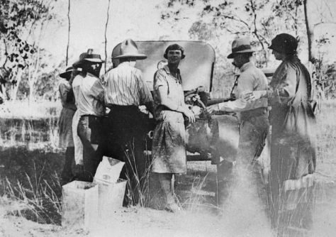800'Beehiving on Boxing Day 1925px-StateLibQld_1_124366_Gathering_honey_on_Boxing_Day,_Queensland