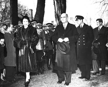 Queen_Elizabeth_II_walks_with_Premier_of_New_Brunswick_John_B__McNair_1951