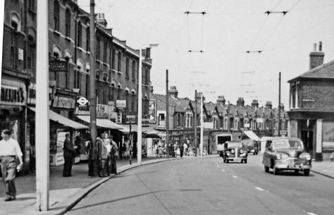 800px-London_Walthamstow_geograph-3065624-by-Ben-BrooksbankWalthamstow northward on Hoe Street approaching Forest Road 13 July 1955.