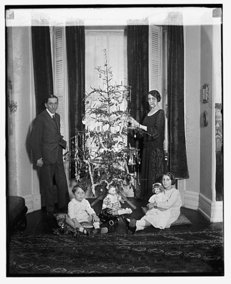 488px-lodovico_and_maria_angelica_calderara_12800u_originalitalian-americans-lodovico-and-maria-angelica-calderara-pose-in-front-of-their-christmas-tree-with-their-family-on-the-26th-of-december-1924