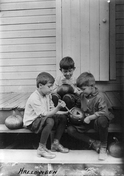 422px-halloween_pumpkin_carvers_1917-usa-three-boys-on-porch-steps-cutting-faces-in-pumpkins