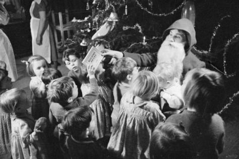 american_children_give_british_party-_christmas_for_evacuees_henley-on-thames_oxfordshire_1941_d5698british-children-evacuated-during-the-blitz-were-invited-to-a-christmas-party-in-henley-on-thames