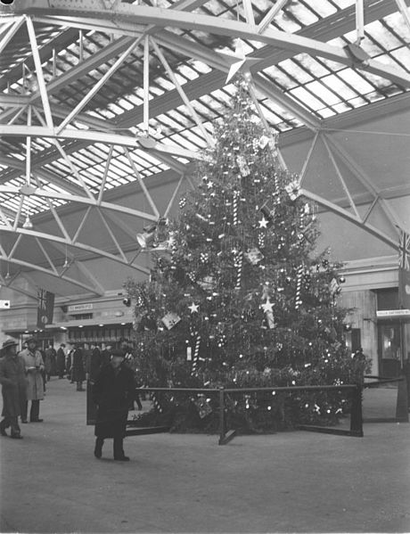christmas-tree-in-windsor-station-3rd-january-1947