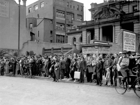 crowds-opposite-sam-lands-palace-of-gems-outside-central-police-court-listening-to-melbourne-cup-broadcast-sydney-6th-november-1934