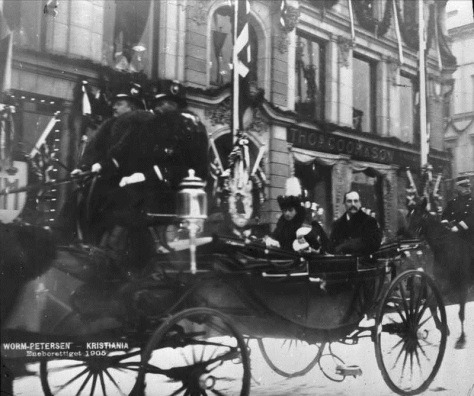 kongeinntoget_1905_ob_a5029norways-new-royal-family-haakon-vii-of-norway-queen-maud-of-norway-and-crownprince-olav-after-they-arrived-in-christiania-now-oslo-on-25th-of-november-1905