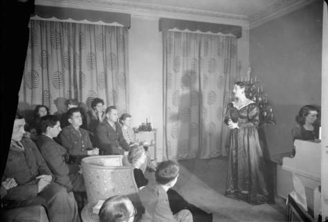 christmas_music_party_for_american_troops-_celebrations_in_london_england_uk_december_1944_d23289