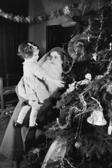 this-photograph-is-from-a-christmas-party-at-a-home-for-evacuees-in-henley-on-thames-in-oxfordshire-england-in-1941-father-christmas-is-played-by-a-woman-britain-had-been-at-war-more-than-2-years