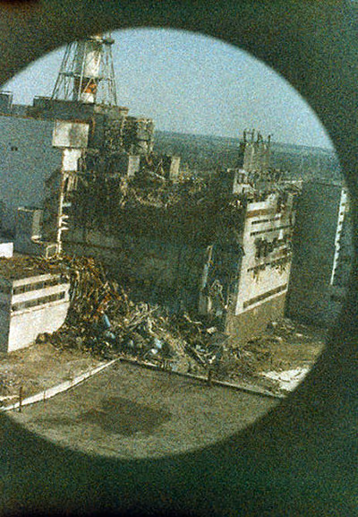 27th-april-1986-the-first-photo-to-be-taken-of-the-chernobyl-chornobyl-reactor-at-4pm-14-hours-after-the-explosion-this-was-taken-from-the-first-helicopter-to-fly-over-the-disaster-zone-to-evaluat