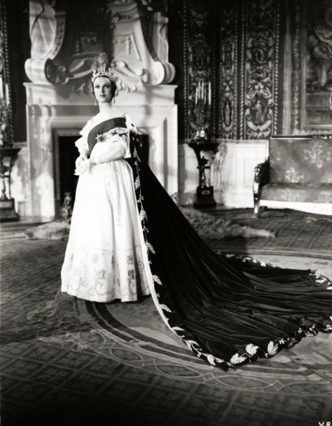 anna-neagle-victoria-the-great-1937-coronation-scene