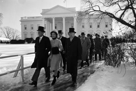 john-f-kennedy-walks-to-his-inauguration-with-jackie-kennedy-on-the-20th-of-january-1961-x