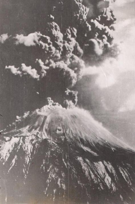 mt-vesuvius-erupting-in-march-1944-shot-by-john-reinhardt-b24-tailgunner-is-the-usaaf-in-wwii