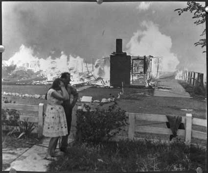 tasmanian-bushfire-1967-home-burninga-couple-watch-homes-burn-in-the-1967-tasmanian-bushfires