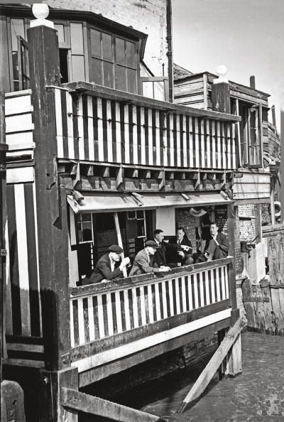 the-prospect-of-whitby-a-public-house-on-the-river-thames-at-wapping-26th-september-1942