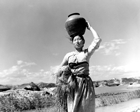 idp_woman_fleeing_pohang_south_korea_in_195017-october-1950-displaced-korean-war