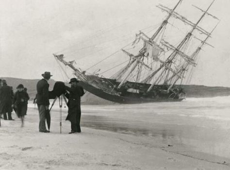 the clipper Hereward wrecked on Maroubra Beach, South of Sydney on 7 May 1898. Arthur Allen photographer.