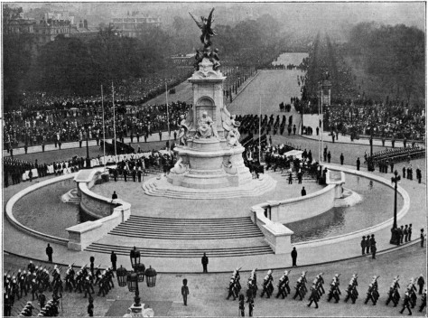 Inauguration_du_Monument_de_la_reine_Victoria The Victoria Memorial's unveiling ceremony outside Buckingham Palace London 16th May 1911