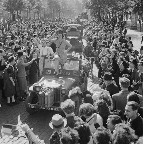 Crossing the Seine and the advance to the Siegfried Line 24 August - December 1944 The inhabitants of Brussels greet British and Belgian troops after the liberation of the city. 4th Sept