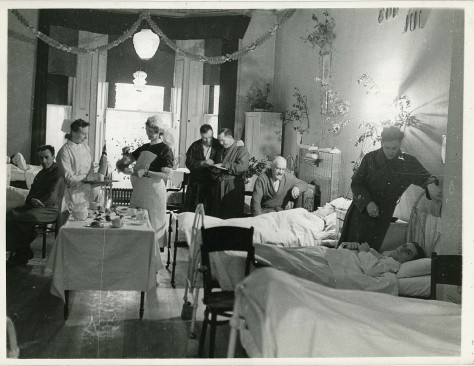 Jul_på_sykesal_-_Christmas_at_the_hospital_(6105323889)Christmas at the Norwegian hospital in London during WWII. Second World War Two. Black and White. Vintage. 1940s.