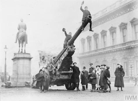 These images were taken in London in early November of 1918, as the First World War drew to a close. Captured German field gun on Waterloo Place St James's.
