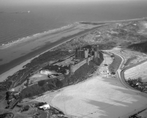 Bamburgh_Castle_in_the_snow,_1959_(15750933553)Aerial view of Bamburgh Castle, Northumberland, England, Britain. January 1959 Black and White Vintage
