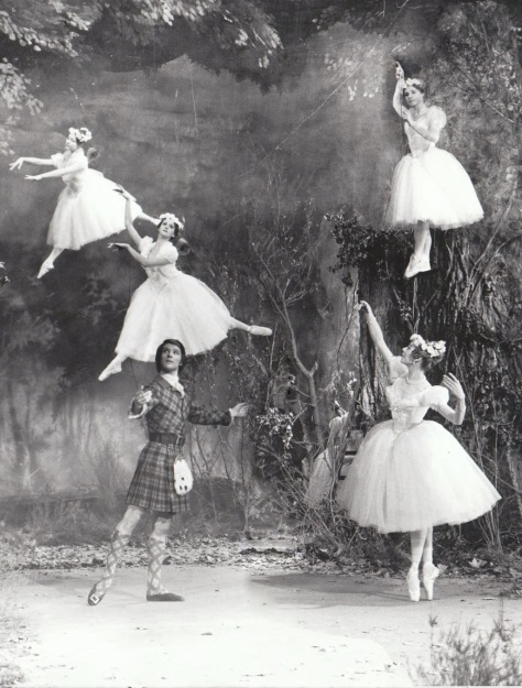 Michaël Denard (James) et Ghislaine Thesmar (La Sylphide) entourés des « filles de l_air » lors du tournage du ballet en 1971 © Francette Levieux OnP