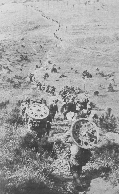 Carrying_guns_and_wheels01The Japanese military unit gradually closes up to Nanking Castle for all-out attack, carrying guns and wheels on their shoulders and backs.(Dec. 9, 1937) Rapae