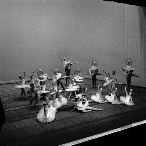 11_09_1973__Corps_de_ballet__(1973)_-_53Fi4372Théâtre du Capitole. Le 11 Septembre 1973. Vue d'un corps de ballet au théâtre du Capitole Toulouse.