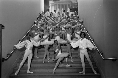 23_09_1970__Corps_de_ballet__(1970)_-_53Fi4091Théâtre du Capitole. Le 23 Septembre 1970. Vue d'un corps de ballet dans l'escalier du théâtre du Capitole.Ballet du Théâtre du Capito