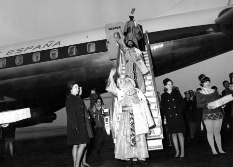 SS__MM__Los_Reyes_Magos_en_BarajasThe Three Wise Men arriving at Madrid's Barajas airport on January 5, 1962, where crowds of children awaited them.